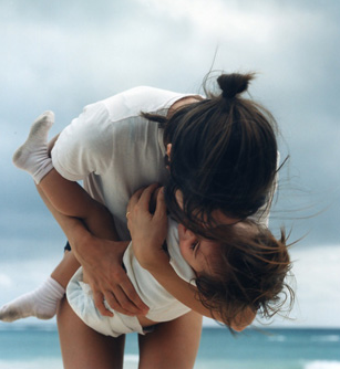 mom-baby-beach-