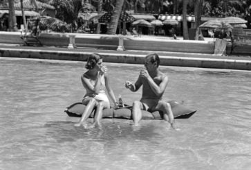 couple_in_pool