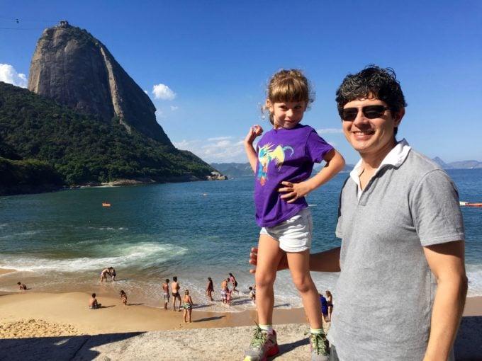 Daddy & Daugher posing at Pão de Acúcar